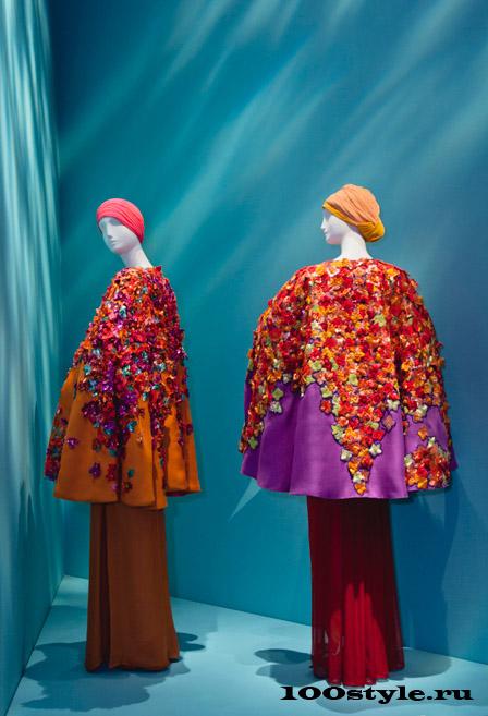 Ив Сен-Лоран Африканская коллекция Пончо-жакет с вышивкой из бугенвиллии, в которых утопает сад