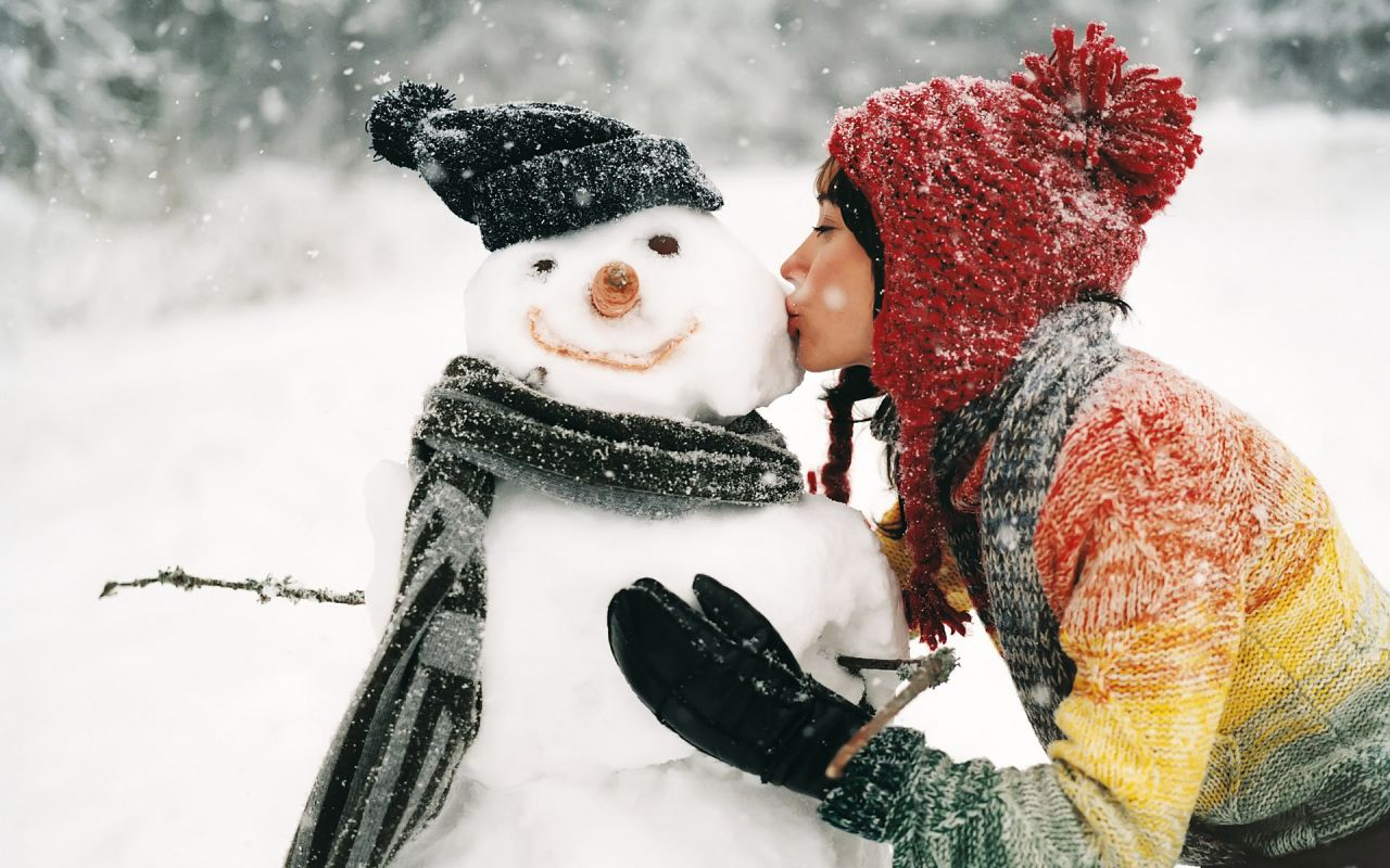 Girl-Kissing-Snowman-Wallpaper-1280x800